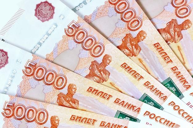ロシアの5千紙幣の散乱