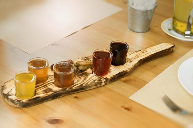 アルコールチンキが混ぜられています。味の異なる5つのグラスが、木製の村のボードに置かれたナショナルスタイルで提供されます。