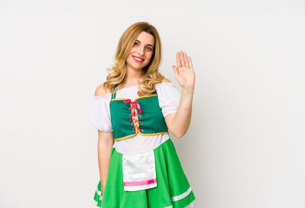 聖パトリックの日の服を着た若い女性は、指で5を示す陽気な笑顔を分離しました。
