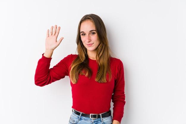 Молодой кавказский представлять женщины изолировал усмехаясь жизнерадостный показ 5 с пальцами.