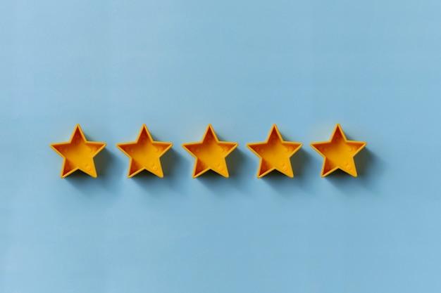 卓越性のための5つの金の星の列