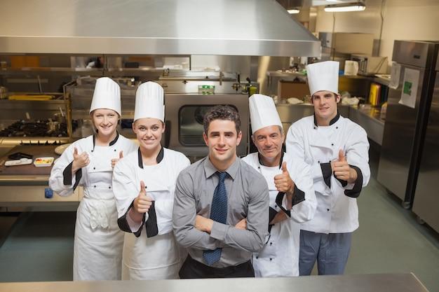 レストラン内の5人の労働者