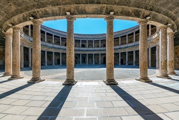 グラナダのアルハンブラ宮殿のすぐ隣にあるグランダのチャールズ5世宮殿