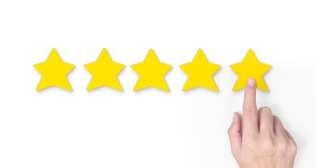 5つ星の形状を増やす手。最高の優れたビジネスサービス評価顧客体験コンセプト