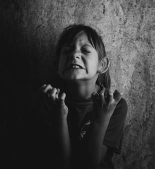 怒りの感情を表現する5歳の少女
