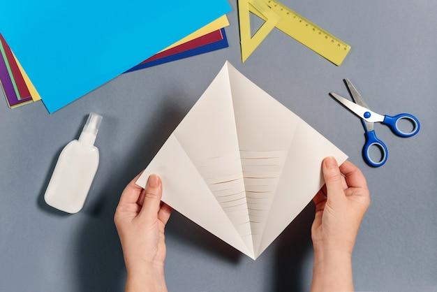 私たちは色紙で魚を作ります。手順5