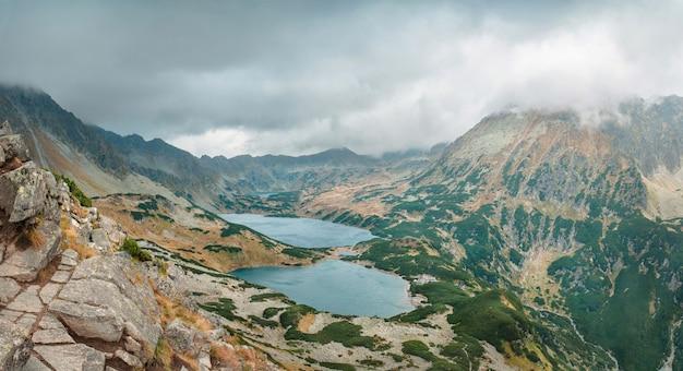 Горное озеро в долине 5 озер в татрах, польша