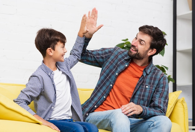 幸せな息子と父親は5を打つ