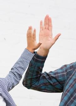 男の手と少年の手は5を打つ