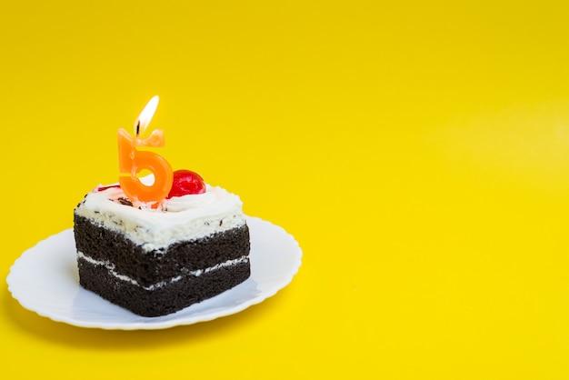 番号5のロウソクで誕生日ケーキ色の背景に幸せな誕生日ケーキ