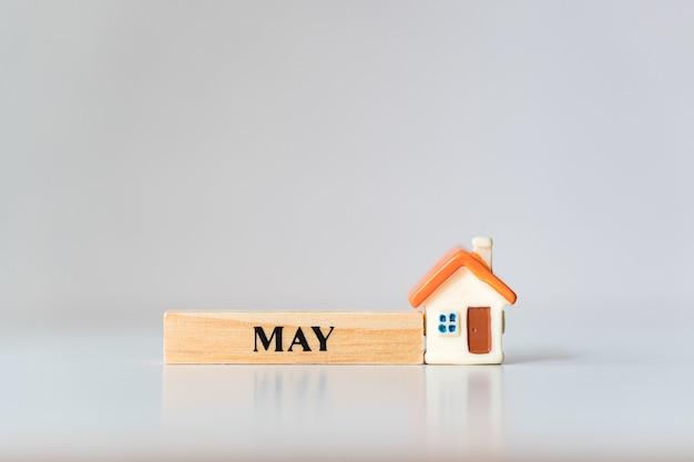 5月の木のブロックとミニチュアの家