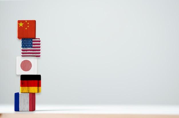 トップ5最大の経済国の木の立方体にフラグの印刷画面が含まれています中国アメリカ日本ドイツ、フランス。
