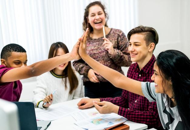 クラスメイトは5つのチームワークと成功のコンセプトを与えています