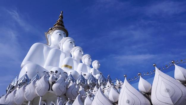 タイのワットプラタッドパーソンケオ寺院で5つの仏
