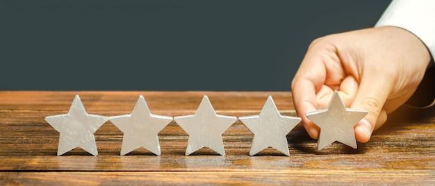 評論家は5番目の星を置きます。
