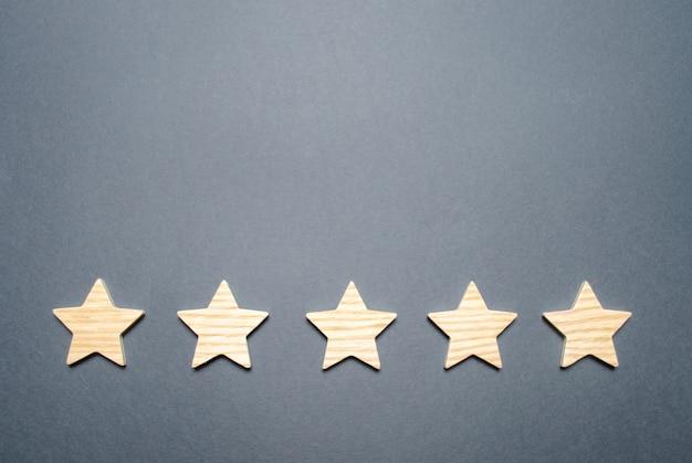 灰色の背景上の5つ星
