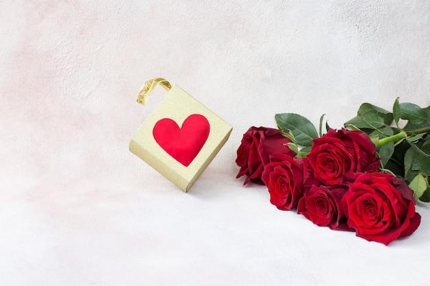 5本のバラの花束と箱入りギフト
