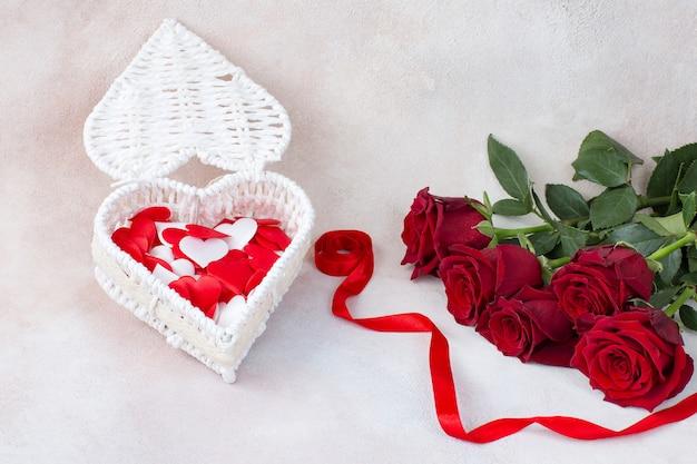 5本のバラの花束と赤いサテンリボン付きハート型ボックス