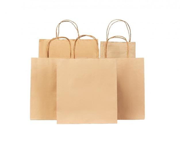 白い背景に分離された5つのリサイクル紙の買い物袋