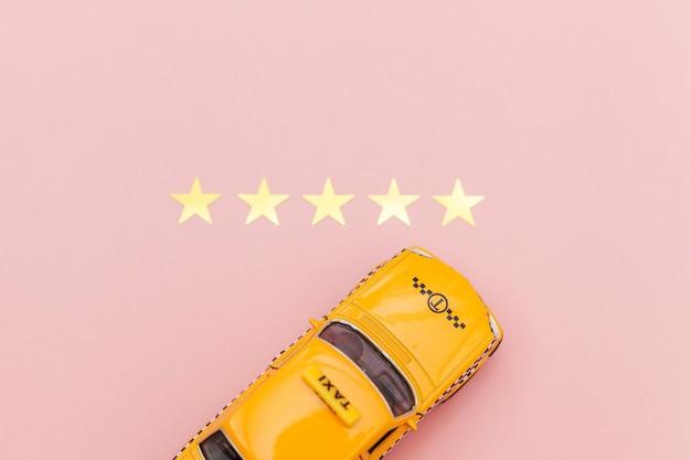 黄色のおもちゃの車のタクシータクシーと5つ星評価
