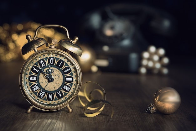5から深夜までを示すビンテージの目覚まし時計で構成