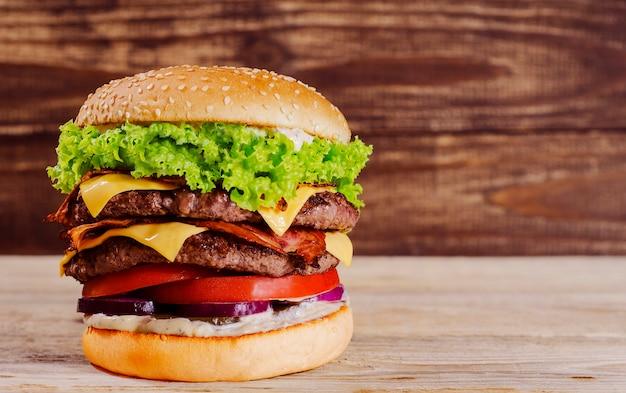 木5を背景にハンバーガー