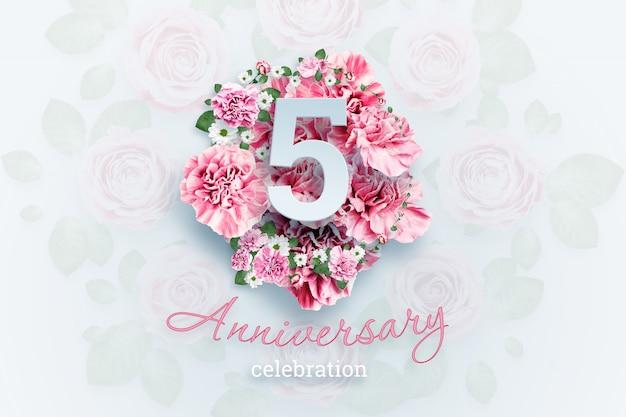 ピンクの花に5つの数字と記念日のお祝いのテキストをレタリング