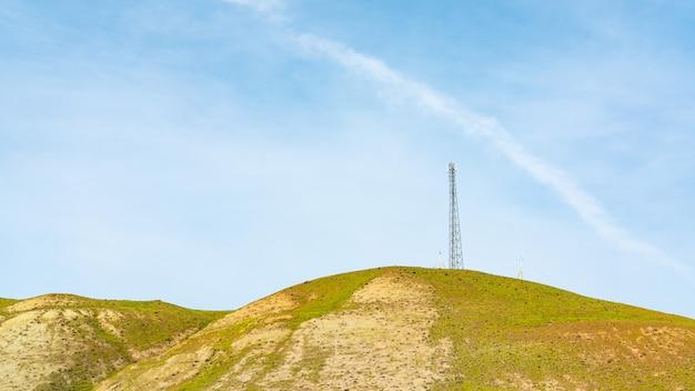 Вышка сотовой связи 5g на вершине холма