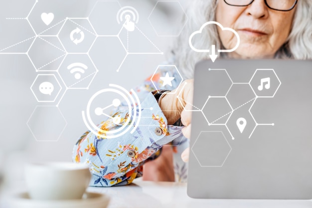 Глобальная связь 5g со старшей женщиной, работающей над ремиксом смарт-технологий на ноутбуке Бесплатные Фотографии