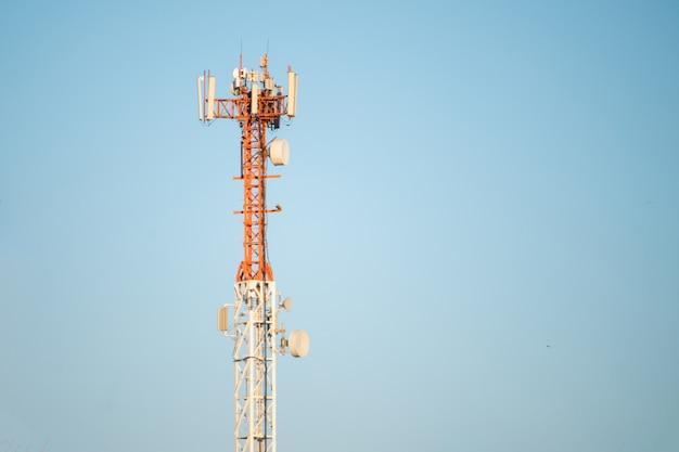 도시의 하늘을 배경으로 5g 현대 tv 및 스마트 폰 통신 스테이션 안테나