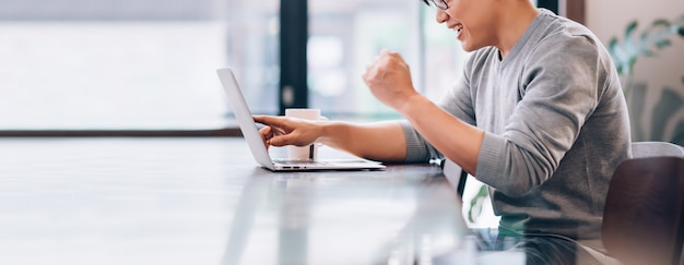 Азиатский мужчина с помощью портативного компьютера подключается к высокоскоростному интернету технология беспроводной связи 5g работа на дому