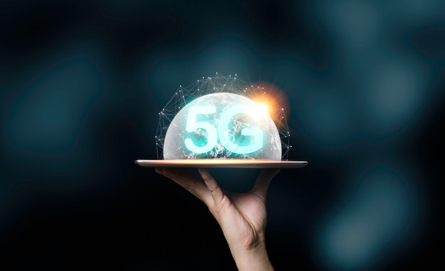 Вручите держать таблетку с формулировками 5g и иллюстрацией виртуального мира. концепция трансформации технологий.