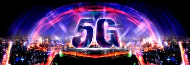 5g技術の背景と近代的な街のスカイラインと物事のインターネット