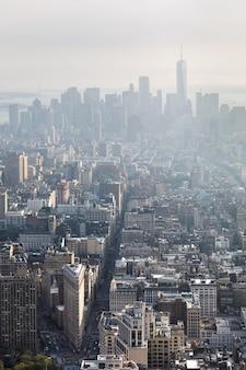 5番街、フラットアイアンビル、ブロードウェイ。エンパイアステートビルディングの上から見たマンハッタンのミッドタウンとダウンタウン。鳥瞰図