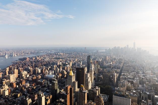 フィフスアベニュー、フラットアイアンビル、マディソンスクエアパーク。エンパイアステートビルディングの上から見たマンハッタンのミッドタウンとダウンタウン。鳥瞰図