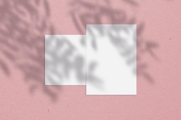 ツリーシャドウオーバーレイを使用した5x7インチの空白の白い垂直紙。モダンでスタイリッシュなグリーティングカードや結婚式招待状のモックアップ。