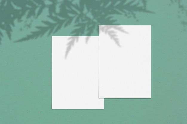 影付きの空白の白い垂直紙5x7インチ。モダンでスタイリッシュなグリーティングカードや結婚式招待状のモックアップ。
