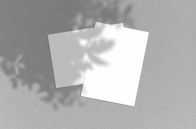 空白の白い縦用紙5x7インチ(シャドウオーバーレイあり)。モダンでスタイリッシュなグリーティングカードや結婚式の招待状のモックアップ。