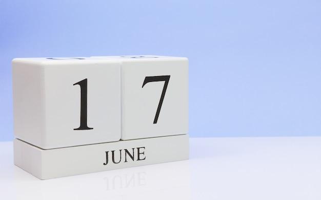 6月17日月17日、白いテーブルに毎日のカレンダー