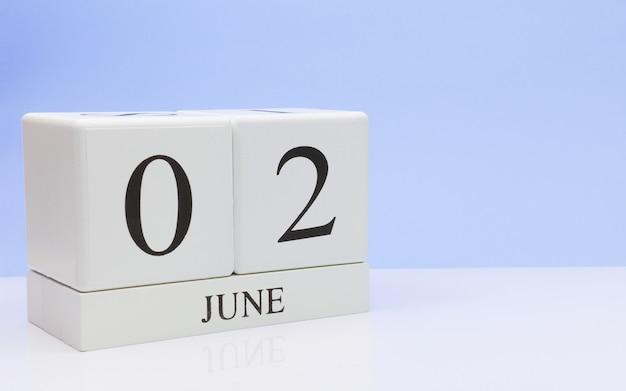 6月2日月の2日目、白いテーブルに毎日のカレンダー
