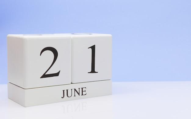6月21日月21日、白いテーブルに毎日のカレンダー