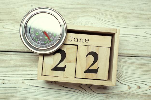 6月22日。木製のテーブルに6月22日の木製色カレンダーのイメージ。夏の日