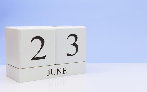 6月23日月23日、白いテーブルに毎日のカレンダー