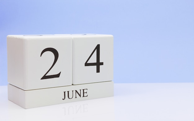 6月24日月24日、白いテーブルに毎日のカレンダー
