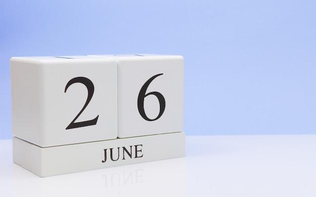 6月26日月26日、白いテーブルに毎日のカレンダー