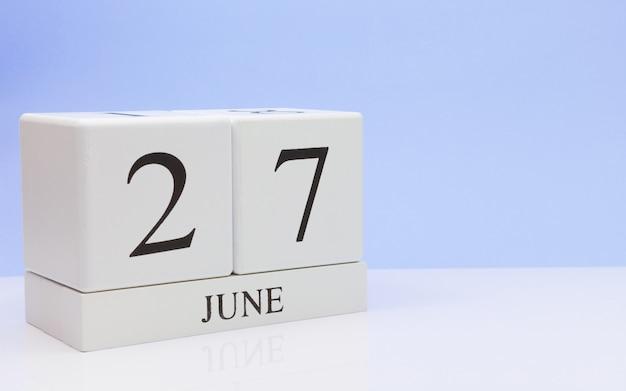 6月27日月27日、白いテーブルに毎日のカレンダー