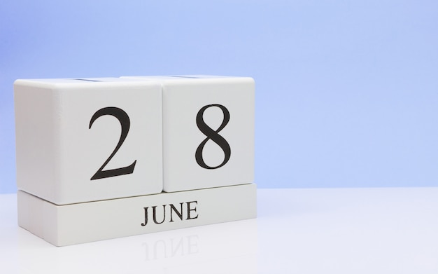 6月28日月28日、白いテーブルに毎日のカレンダー
