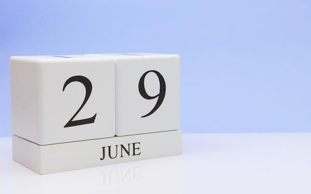 6月29日月29日、白いテーブルに毎日のカレンダー