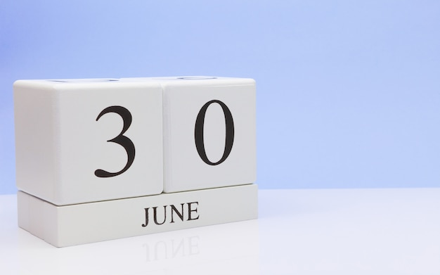 6月30日月30日、白いテーブルに毎日のカレンダー