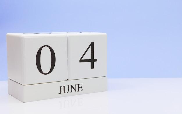 6月4日月の4日目、白いテーブルに毎日のカレンダー
